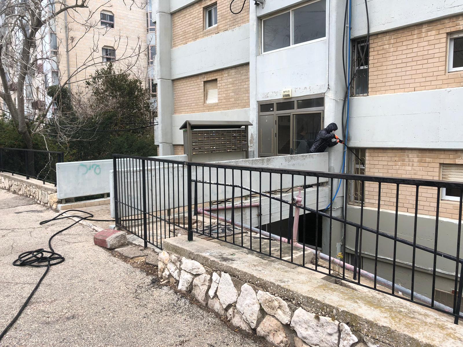 פתיחת סתימה ושטיפת קווים בלחץ מים בבניין מגורים משותף בקריית יובל בירושלים.