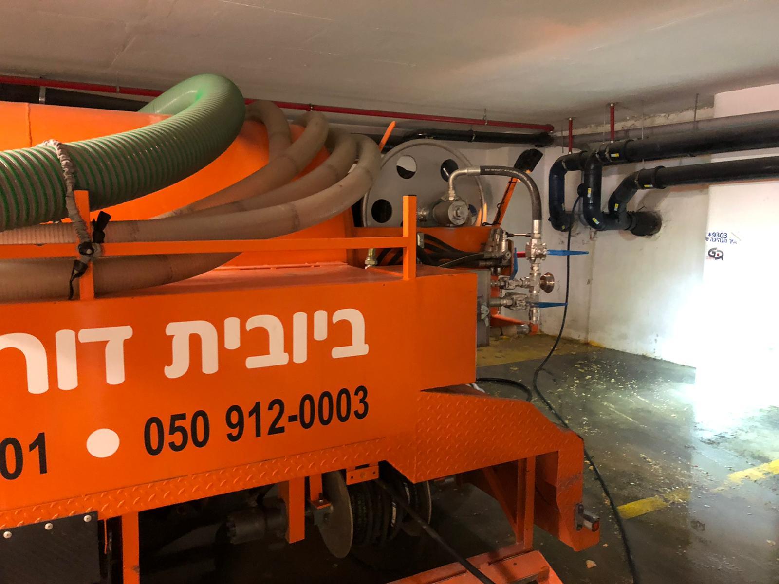 פתיחת סתימה בלחץ מים, שטיפת קוו ביוב, ושאיבת בור מפריד שומנים בחניון של משרד הבריאות בירושלים.