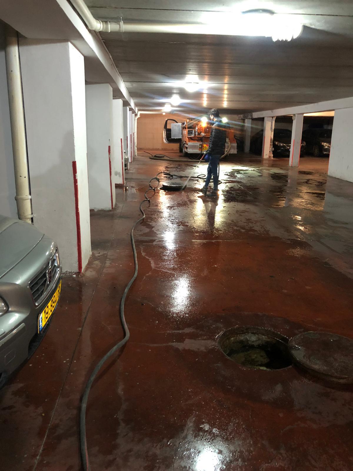 פתיחת סתימה וניקוי קווים יסודי בתאים בחניון תת קרקעי בשכונת בית הכרם בירושלים.