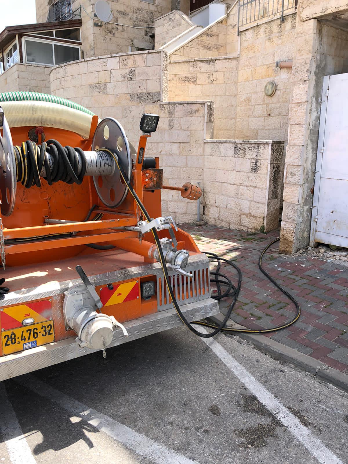 פתיחת סתימה בבניין מגורים משותף בצור בשכונת קטמון בירושלים.