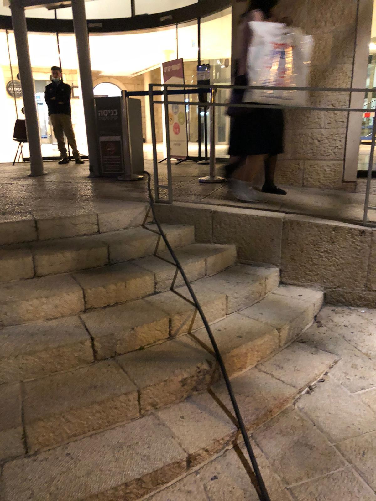 פתיחת סתימה ושאיבת בור מפריד שומנים במסעדת קדמא ממילא בירושלים.