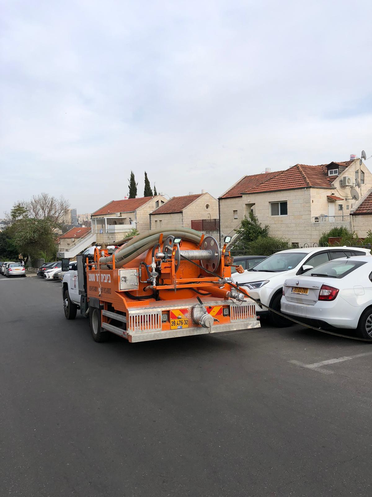 פתיחת סתימה ושאיבת בור ביוב בשכונת רמות בירושלים.