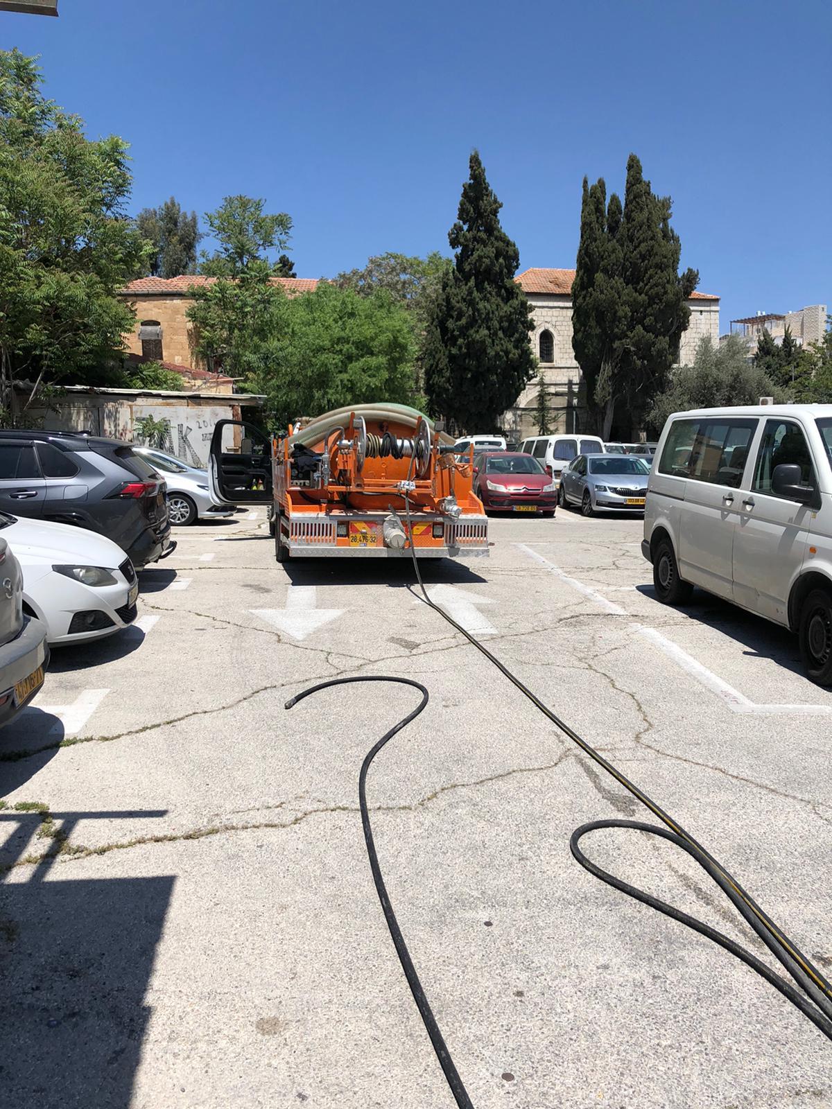 עבודה מיוחדת בחניון פרטי בירושלים, 2 סתימות ושאיבת הצפה מהמסדרון.