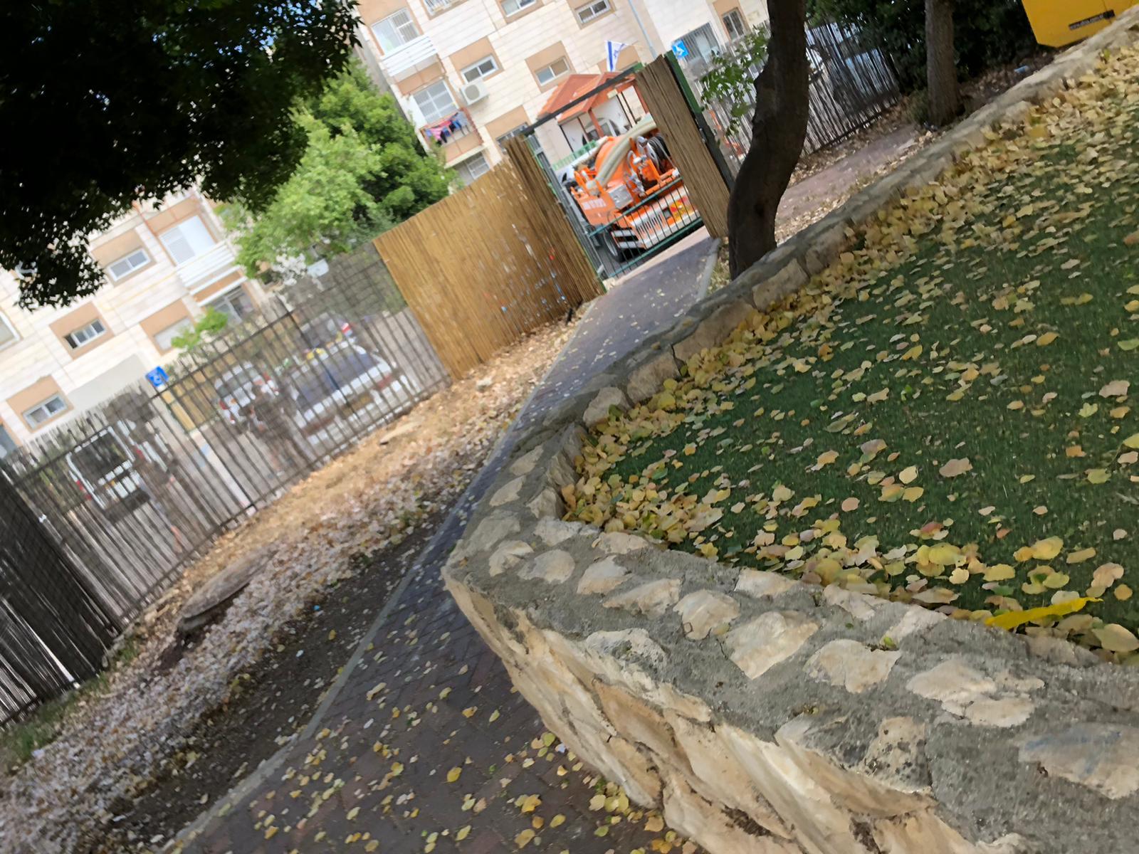 פתיחת סתימה ע״י ביובית בגן ילדים בירושלים.
