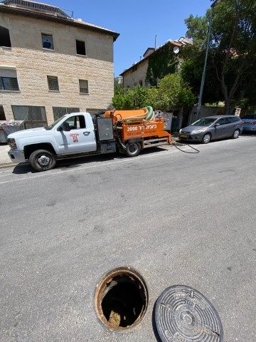 פתיחת סתימה ושטיפת קוו ראשי לאגודה של נוער בסיכון בשכונת ארנונה בירושלים.