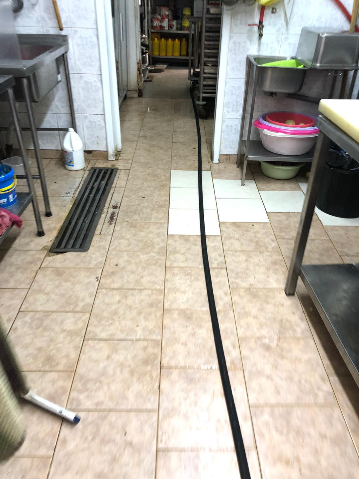 פתיחת סתימה ושאיבת בור מפריד שומנים למסעדה בשכונת בית הכרם ירושלים.