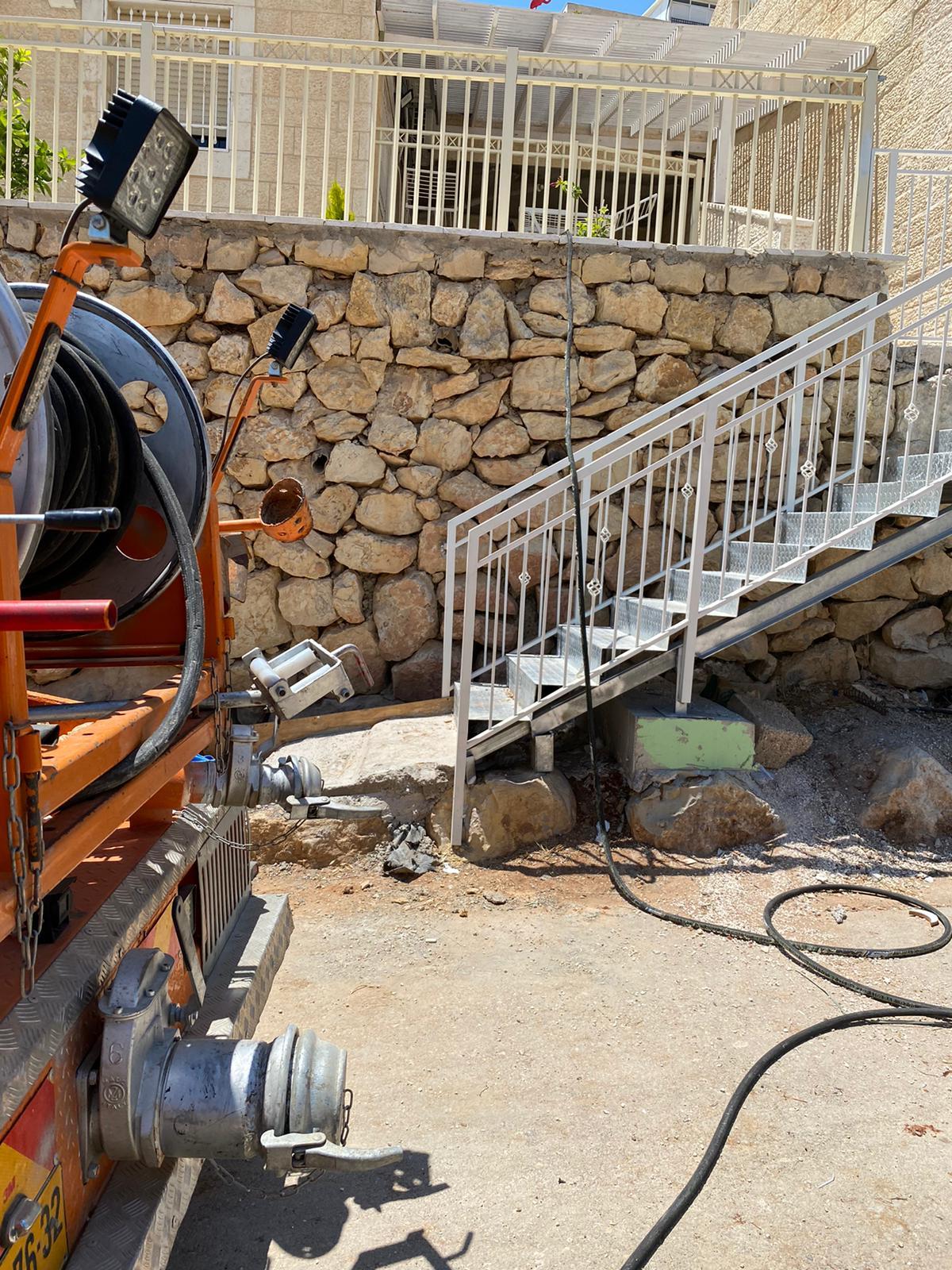 צילום קו ופתיחת סתימה בקו הראשי ע״י ביובית דור 2000 בשכונת מלחה בירושלים.